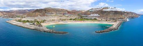 Panorama del aire de la playa hermosa de Amadores en Gran Canaria imagenes de archivo
