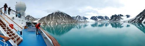 Panorama del barco de cruceros de Magdalena Fjord Imágenes de archivo libres de regalías