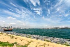 Panorama del Bosphorus con las naves y los pescadores Imagenes de archivo