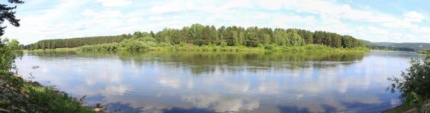 Panorama del bosque a través del río Imagenes de archivo
