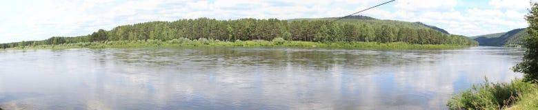 Panorama del bosque a través del río Zelenogorsk Fotos de archivo libres de regalías