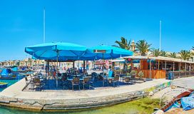Panorama del caffè costiero in Marsaxlokk, Malta fotografia stock libera da diritti