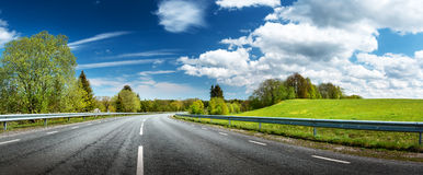 Panorama del camino en día de primavera soleado Fotografía de archivo libre de regalías