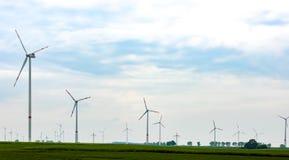 Panorama del campo con los molinoes de viento eléctricos del eco Foto de archivo