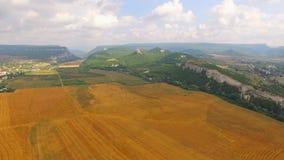Panorama del campo que estira a las montañas almacen de video