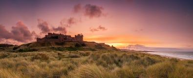 Panorama del castello di Bamburgh immagini stock libere da diritti