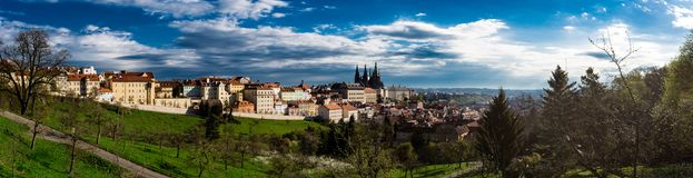 Panorama del castello di Praga dai giardini di PetÅ™Ãn immagini stock