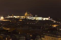 Panorama del castello di Praga e della st Vitus Cathedral e di Praga alla notte nell'inverno Immagini Stock Libere da Diritti