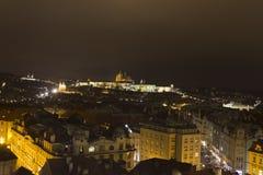 Panorama del castello di Praga e della st Vitus Cathedral e di Praga alla notte nell'inverno Fotografia Stock