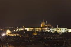 Panorama del castello di Praga e della st Vitus Cathedral e di Praga alla notte nell'inverno Fotografia Stock Libera da Diritti