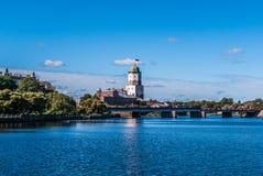 Panorama del castello di Vyborg dall'argine del fiume Vuoksi fotografia stock
