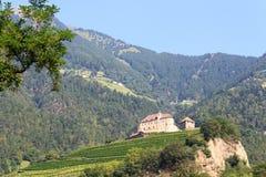 Panorama del castello e della montagna del Tirolo in Tirolo, Tirolo del sud Fotografia Stock