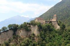 Panorama del castello e della montagna del Tirolo in Tirolo, Tirolo del sud Fotografia Stock Libera da Diritti