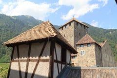 Panorama del castello e della montagna del Tirolo in Tirolo, Tirolo del sud Immagine Stock Libera da Diritti