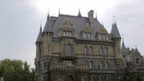 Panorama del castello e della vicinanza medievali in buon tempo nell'estate, giorno archivi video