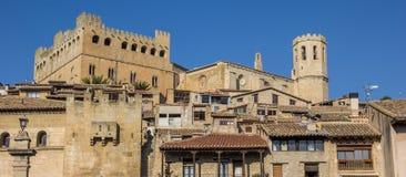 Panorama del castello medievale sopra la città di Valderrobres Fotografia Stock