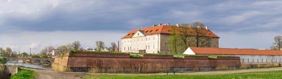 Panorama del castillo de Holic en pequeña ciudad en Eslovaquia Imágenes de archivo libres de regalías