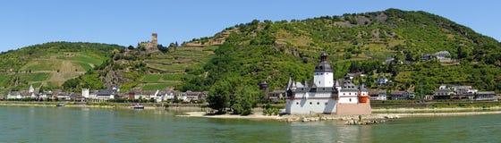 Panorama del castillo de Pfalzgrafenstein en el río Rhine imagenes de archivo