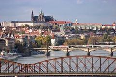 Panorama del castillo de Praga con los puentes Fotos de archivo libres de regalías