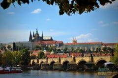 Panorama del castillo de Praga y del puente de Charles fotos de archivo