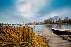 Panorama del castillo de Trakai de lejos, Lituania imagenes de archivo