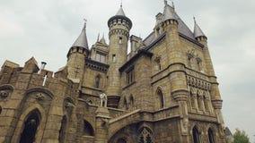 Panorama del castillo medieval grande en estilo gótico en buen tiempo en día de verano metrajes