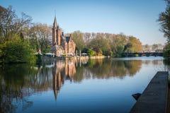 Panorama del castillo y del lago de Minnewater en Brujas Imagenes de archivo