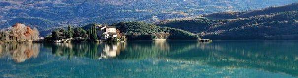 Panorama del castillo y del lago de Toblino Imagen de archivo