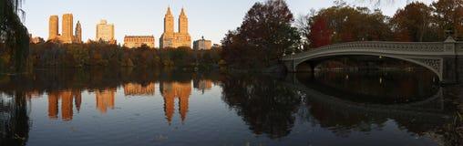 Panorama del Central Park con il ponticello dell'arco Immagini Stock Libere da Diritti