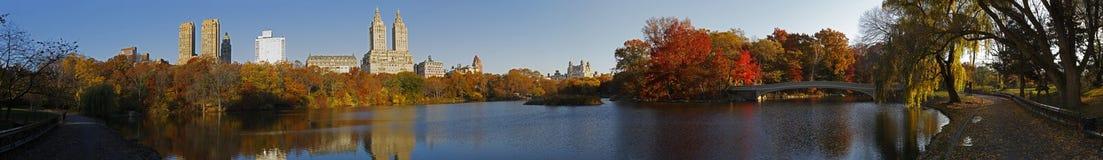 Panorama del Central Park con il ponticello dell'arco Fotografie Stock Libere da Diritti