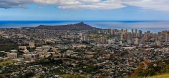 Panorama del centro de la ciudad de Honolulu y del volcán de Diamond Head en Hawaii imágenes de archivo libres de regalías