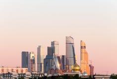 Panorama del centro de negocios internacional de Moscú en el fondo de la pendiente colorida del cielo en la salida del sol despej foto de archivo libre de regalías
