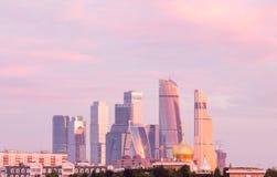 Panorama del centro de negocios internacional de Moscú en el fondo de la pendiente colorida del cielo en la salida del sol despej imagen de archivo