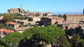 Panorama del centro histórico de Montalcino Día de Sunny September Italia