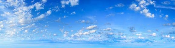 Panorama del cielo con las nubes blancas Fotos de archivo