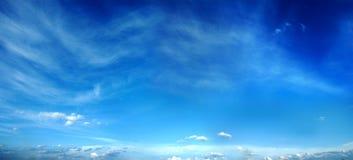 Panorama del cielo de la tarde. Fotografía de archivo