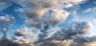 Panorama del cielo di tramonto con le nuvole Immagine Stock