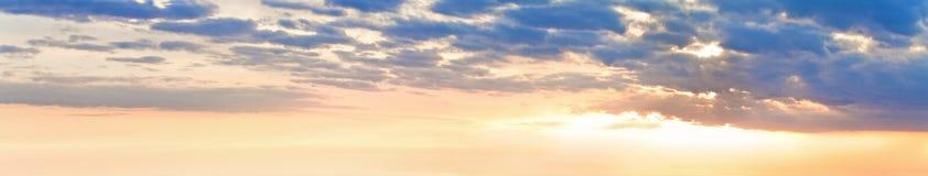 Panorama del cielo di tramonto con le nuvole Immagini Stock Libere da Diritti