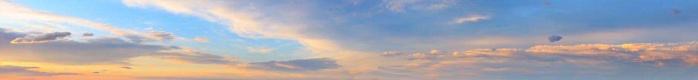Panorama del cielo di tramonto con le nuvole Fotografie Stock Libere da Diritti