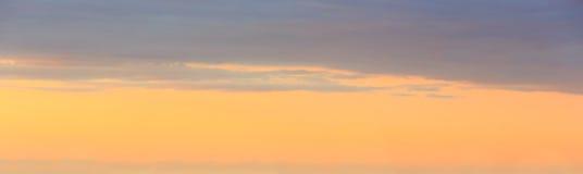 Panorama del cielo di tramonto con le nuvole Fotografie Stock