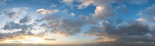 Panorama del cielo di tramonto con le nuvole Fotografia Stock
