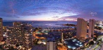 Panorama del cielo notturno di Waikiki al tramonto fotografia stock libera da diritti