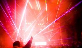 Panorama del concierto, de la demostración del laser y de la música Imagen de archivo