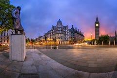 Panorama del cuadrado y de la reina Elizabeth Tower del parlamento Fotos de archivo libres de regalías