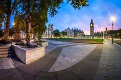 Panorama del cuadrado y de la reina Elizabeth Tower del parlamento Imagen de archivo
