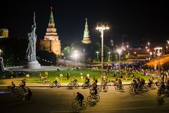 Panorama del desfile de la bicicleta de la noche de Moscú foto de archivo libre de regalías