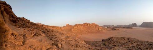 Panorama del desierto - ron del lecho de un río seco, Jordania imagen de archivo libre de regalías