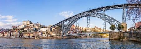 Panorama del distrito de Ribeira, del río del Duero y del puente icónico de Dom Luis I Foto de archivo