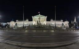 Panorama del edificio austríaco del parlamento en Viena en noche Foto de archivo