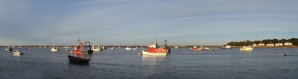 Panorama del estuario del río Deben en el transbordador de Felixstowe con los barcos y de Bawdsey en el fondo Imágenes de archivo libres de regalías